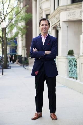 Cómo combinar un blazer de rayas verticales azul marino: Considera emparejar un blazer de rayas verticales azul marino con un pantalón de vestir negro para rebosar clase y sofisticación. Mocasín de cuero marrón son una opción perfecta para complementar tu atuendo.