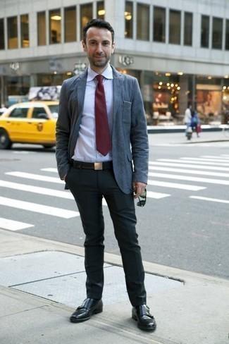 Cómo combinar unos calcetines negros: Empareja un blazer azul con unos calcetines negros para un look agradable de fin de semana. Con el calzado, sé más clásico y opta por un par de zapatos con doble hebilla de cuero negros.