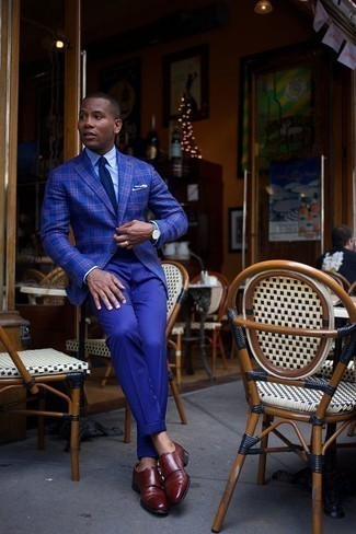 Cómo combinar un pantalón de vestir azul: Ponte un blazer de tartán azul y un pantalón de vestir azul para un perfil clásico y refinado. Zapatos con doble hebilla de cuero burdeos son una opción grandiosa para completar este atuendo.
