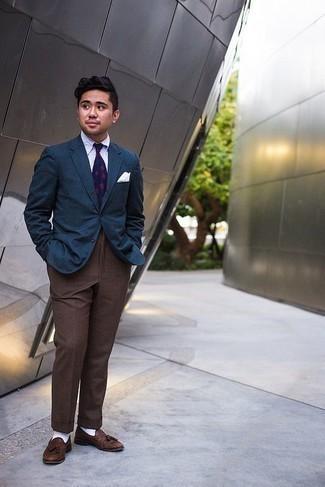 Cómo combinar unos calcetines blancos: Usa un blazer azul marino y unos calcetines blancos transmitirán una vibra libre y relajada. ¿Te sientes ingenioso? Dale el toque final a tu atuendo con mocasín con borlas de cuero marrón.