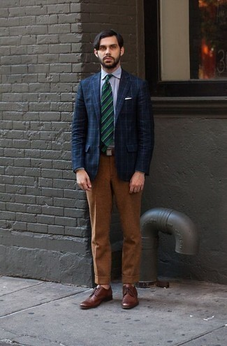 Cómo combinar unos zapatos derby de cuero marrónes: Emparejar un blazer a cuadros azul marino con un pantalón de vestir en tabaco es una opción muy buena para una apariencia clásica y refinada. Zapatos derby de cuero marrónes son una opción práctica para complementar tu atuendo.