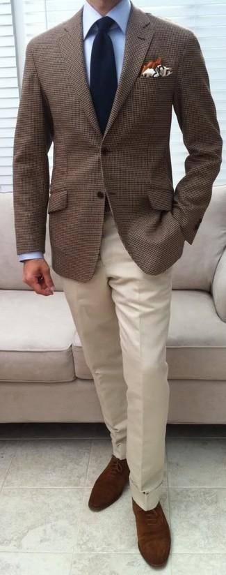 Cómo combinar un blazer a cuadros marrón: Emparejar un blazer a cuadros marrón con un pantalón de vestir blanco es una opción estupenda para una apariencia clásica y refinada. Activa tu modo fiera sartorial y haz de zapatos oxford de ante marrónes tu calzado.