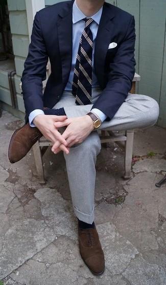 Cómo combinar un pantalón de vestir gris: Utiliza un blazer azul marino y un pantalón de vestir gris para una apariencia clásica y elegante. Zapatos oxford de ante en marrón oscuro son una opción inmejorable para complementar tu atuendo.