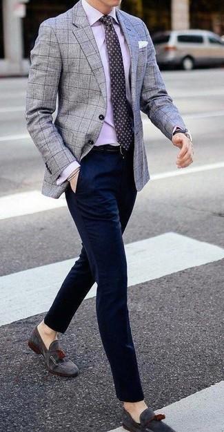 Cómo combinar un pantalón de vestir azul marino: Casa un blazer a cuadros gris junto a un pantalón de vestir azul marino para rebosar clase y sofisticación. Mocasín con borlas de ante gris son una opción buena para completar este atuendo.