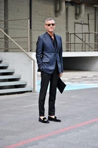 Cómo combinar un bolso con cremallera de cuero negro: Ponte un blazer azul y un bolso con cremallera de cuero negro para un look agradable de fin de semana. Agrega mocasín de terciopelo bordado negro a tu apariencia para un mejor estilo al instante.