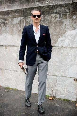 Cómo combinar un pantalón de vestir gris: Emparejar un blazer azul marino con un pantalón de vestir gris es una opción excelente para una apariencia clásica y refinada. Zapatos derby de cuero verde oscuro son una opción atractiva para complementar tu atuendo.