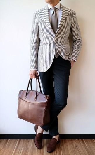 Cómo combinar un pantalón de vestir azul marino: Opta por un blazer de rayas verticales en blanco y negro y un pantalón de vestir azul marino para un perfil clásico y refinado. Mocasín de ante marrón son una opción estupenda para complementar tu atuendo.