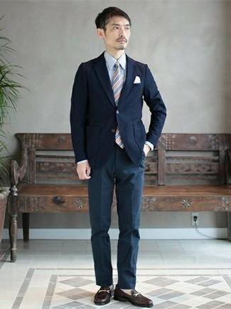Cómo combinar un pantalón de vestir azul marino: Utiliza un blazer azul marino y un pantalón de vestir azul marino para rebosar clase y sofisticación. Completa el look con mocasín de cuero negro.