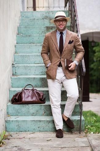 Cómo combinar un pañuelo de bolsillo estampado en marrón oscuro: Ponte un blazer marrón claro y un pañuelo de bolsillo estampado en marrón oscuro para un look agradable de fin de semana. ¿Te sientes valiente? Elige un par de mocasín de ante en marrón oscuro.