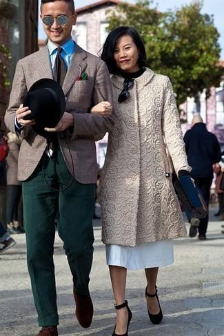 Outfits hombres: Considera emparejar un blazer de tartán marrón con un pantalón de vestir de pana verde oscuro para un perfil clásico y refinado. Botas safari de ante en marrón oscuro resaltaran una combinación tan clásico.