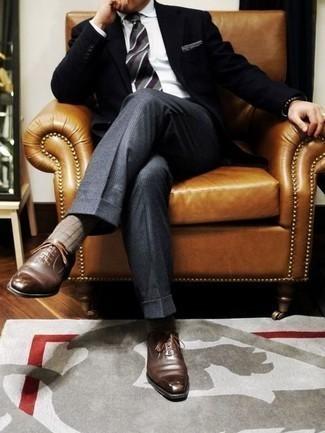 Outfits hombres: Empareja un blazer negro con un pantalón de vestir de lana a cuadros gris para una apariencia clásica y elegante. Activa tu modo fiera sartorial y haz de zapatos oxford de cuero marrónes tu calzado.
