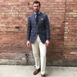 Outfits hombres: Intenta ponerse un blazer de tartán azul marino y un pantalón de vestir blanco para un perfil clásico y refinado. Mocasín con borlas de cuero marrón son una opción estupenda para complementar tu atuendo.