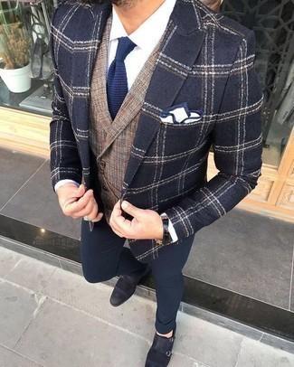Cómo combinar un pañuelo de bolsillo en blanco y azul marino: Elige por la comodidad con un blazer de tartán azul marino y un pañuelo de bolsillo en blanco y azul marino. ¿Te sientes valiente? Completa tu atuendo con zapatos con doble hebilla de ante azul marino.