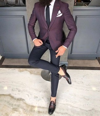 Cómo combinar un blazer morado oscuro: Emparejar un blazer morado oscuro con un pantalón de vestir negro es una opción perfecta para una apariencia clásica y refinada. Completa el look con zapatos con hebilla de cuero burdeos.