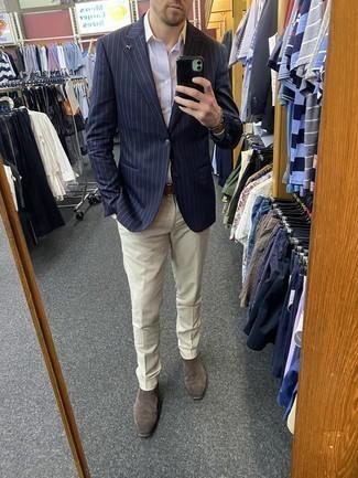 Cómo combinar unos botines chelsea de ante grises: Utiliza un blazer de rayas verticales azul marino y un pantalón de vestir en beige para un perfil clásico y refinado. Botines chelsea de ante grises son una opción perfecta para complementar tu atuendo.