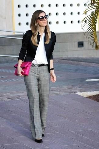 Cómo combinar: blazer negro, camisa de vestir blanca, pantalón de vestir de tartán gris, zapatos de tacón de cuero negros