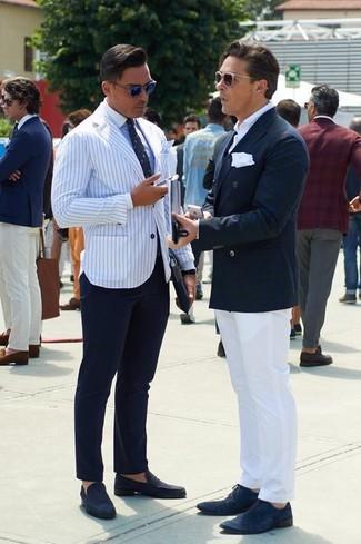Cómo combinar: blazer de rayas verticales en blanco y azul marino, camisa de vestir celeste, pantalón de vestir azul marino, mocasín de ante azul marino