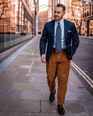 Look de moda: Blazer azul marino, Camisa de vestir de rayas verticales en blanco y azul, Pantalón de vestir en tabaco, Mocasín con borlas de cuero burdeos