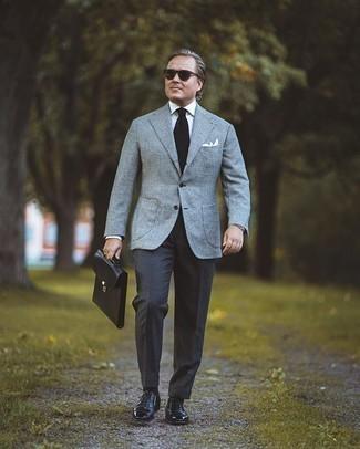 Moda para hombres de 40 años: Elige un blazer de lana de tartán gris y un pantalón de vestir en gris oscuro para una apariencia clásica y elegante. Con el calzado, sé más clásico y elige un par de zapatos oxford de cuero negros.