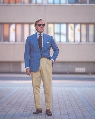 Moda para hombres de 40 años: Ponte una camisa de vestir blanca y un pantalón de vestir marrón claro para un perfil clásico y refinado. Mocasín de cuero en marrón oscuro añadirán un nuevo toque a un estilo que de lo contrario es clásico.
