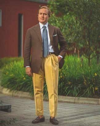 Moda para hombres de 40 años: Un blazer marrón y una camisa de vestir de rayas verticales celeste son una gran fórmula de vestimenta para tener en tu clóset.