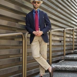 Cómo combinar un sombrero: Elige un blazer azul marino y un sombrero transmitirán una vibra libre y relajada. ¿Te sientes valiente? Elige un par de mocasín de cuero en marrón oscuro.