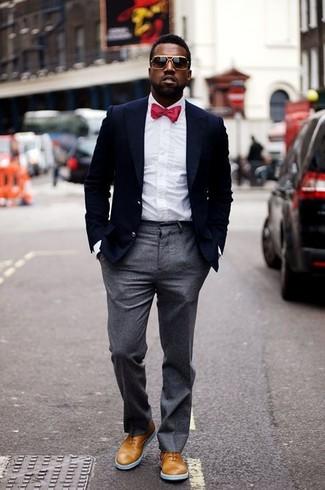 Cómo combinar un corbatín rojo estilo elegante: Empareja un blazer azul marino con un corbatín rojo transmitirán una vibra libre y relajada. Elige un par de zapatos oxford de cuero marrón claro para mostrar tu inteligencia sartorial.