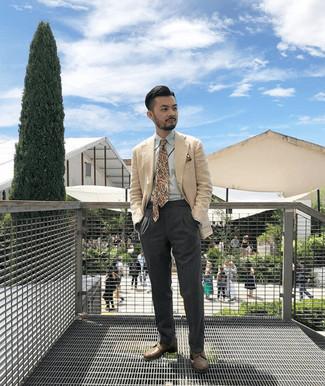 Cómo combinar una corbata estampada marrón claro: Elige un blazer en beige y una corbata estampada marrón claro para una apariencia clásica y elegante. Zapatos derby de cuero marrónes son una opción estupenda para completar este atuendo.