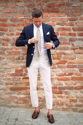 Look de moda: Blazer azul marino, Camisa de vestir blanca, Pantalón de vestir en beige, Mocasín de cuero en marrón oscuro