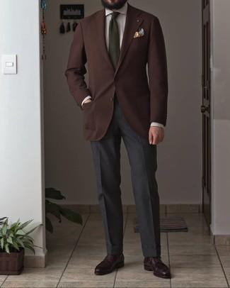 Cómo combinar una corbata verde oliva: Emparejar un blazer de lana en marrón oscuro con una corbata verde oliva es una opción excelente para una apariencia clásica y refinada. Si no quieres vestir totalmente formal, usa un par de zapatos derby de cuero burdeos.