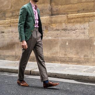 Cómo combinar un pantalón de vestir a cuadros: Haz de un blazer verde oscuro y un pantalón de vestir a cuadros tu atuendo para un perfil clásico y refinado. Zapatos derby de cuero marrónes son una opción inmejorable para completar este atuendo.