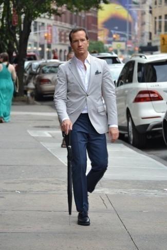 Cómo combinar un pantalón de vestir a cuadros: Usa un blazer gris y un pantalón de vestir a cuadros para rebosar clase y sofisticación. Zapatos derby de cuero negros son una opción excelente para complementar tu atuendo.