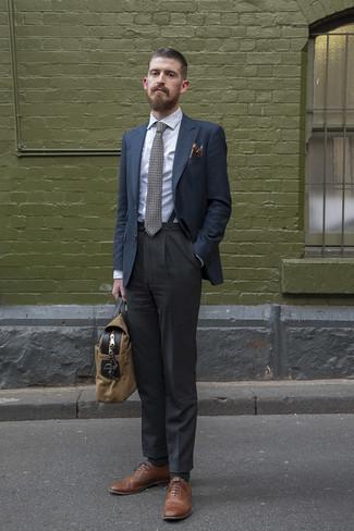 Cómo combinar unos tirantes: Un blazer azul marino y unos tirantes son una opción excelente para el fin de semana. ¿Te sientes valiente? Haz zapatos brogue de cuero marrónes tu calzado.