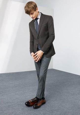 Cómo combinar: blazer en marrón oscuro, camisa de vestir de tartán en blanco y negro, pantalón de vestir de lana gris, zapatos oxford de cuero en marrón oscuro
