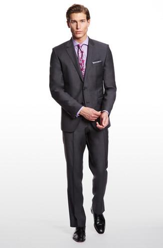 Cómo combinar: blazer en gris oscuro, camisa de vestir en violeta, pantalón de vestir en gris oscuro, zapatos derby de cuero negros