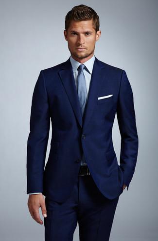 Opta por un blazer azul marino y unos pantalones para rebosar clase y sofisticación.