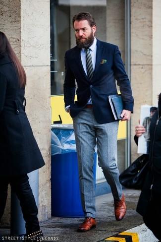Cómo combinar: blazer azul marino, camisa de vestir celeste, pantalón de vestir de lana gris, zapatos oxford de cuero en tabaco