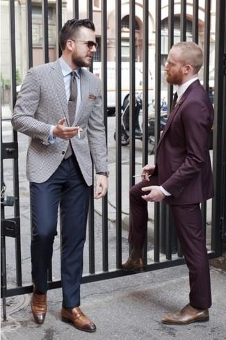 Intenta ponerse un blazer de pata de gallo gris y un pantalón de vestir azul marino para un perfil clásico y refinado. Mocasín de cuero marrón resaltaran una combinación tan clásico.