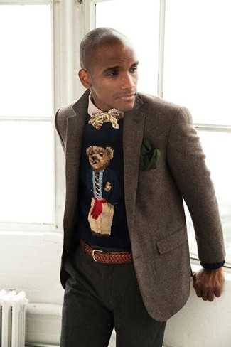 Cómo combinar: blazer de lana marrón, camisa de vestir de cuadro vichy en beige, pantalón de vestir verde oscuro, corbatín estampado amarillo