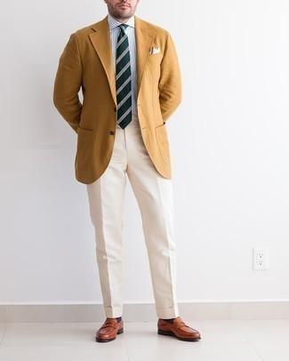 Cómo combinar un blazer en tabaco: Elige un blazer en tabaco y un pantalón de vestir en beige para rebosar clase y sofisticación. Mocasín de cuero en tabaco son una opción estupenda para completar este atuendo.