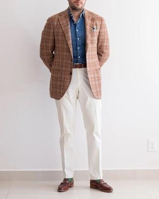 Cómo combinar un pañuelo de bolsillo estampado blanco: Para un atuendo tan cómodo como tu sillón casa un blazer de tartán marrón junto a un pañuelo de bolsillo estampado blanco. Elige un par de mocasín de cuero en marrón oscuro para mostrar tu inteligencia sartorial.