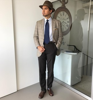 Cómo combinar un sombrero de lana en marrón oscuro: Equípate un blazer de tartán marrón claro con un sombrero de lana en marrón oscuro transmitirán una vibra libre y relajada. ¿Te sientes valiente? Completa tu atuendo con mocasín de cuero en marrón oscuro.