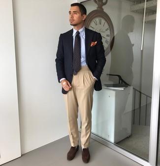 Cómo combinar unos calcetines celestes: Emparejar un blazer azul marino con unos calcetines celestes es una opción grandiosa para el fin de semana. ¿Te sientes valiente? Opta por un par de mocasín de ante en marrón oscuro.