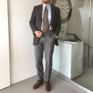 Cómo combinar unos tirantes: Emparejar un blazer de lana en gris oscuro junto a unos tirantes es una opción inigualable para el fin de semana. Opta por un par de zapatos oxford de ante en marrón oscuro para mostrar tu inteligencia sartorial.