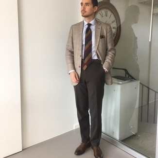 Cómo combinar un blazer de tartán marrón claro: Considera emparejar un blazer de tartán marrón claro junto a un pantalón de vestir en marrón oscuro para una apariencia clásica y elegante. ¿Te sientes valiente? Opta por un par de zapatos oxford de cuero en marrón oscuro.