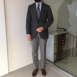 Cómo combinar unos zapatos oxford de cuero en marrón oscuro: Utiliza un blazer de lana en gris oscuro y un pantalón de vestir gris para una apariencia clásica y elegante. Zapatos oxford de cuero en marrón oscuro son una opción inmejorable para completar este atuendo.