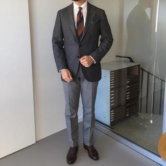 Cómo combinar unos zapatos oxford de cuero en marrón oscuro: Utiliza un blazer de lana en gris oscuro y un pantalón de vestir de lana gris para una apariencia clásica y elegante. Zapatos oxford de cuero en marrón oscuro son una opción estupenda para completar este atuendo.