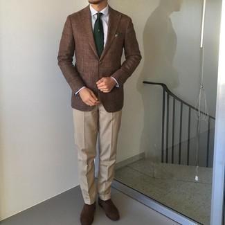 Cómo combinar un pantalón de vestir en beige: Utiliza un blazer marrón y un pantalón de vestir en beige para un perfil clásico y refinado. Zapatos oxford de ante en marrón oscuro son una opción estupenda para completar este atuendo.
