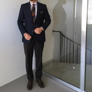 Cómo combinar unos zapatos oxford de cuero en marrón oscuro: Equípate un blazer de pata de gallo azul marino con un pantalón de vestir negro para rebosar clase y sofisticación. Con el calzado, sé más clásico y usa un par de zapatos oxford de cuero en marrón oscuro.