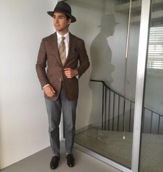 Cómo combinar un sombrero: Un blazer marrón y un sombrero son una opción buena para el fin de semana. ¿Te sientes valiente? Usa un par de mocasín de cuero en marrón oscuro.